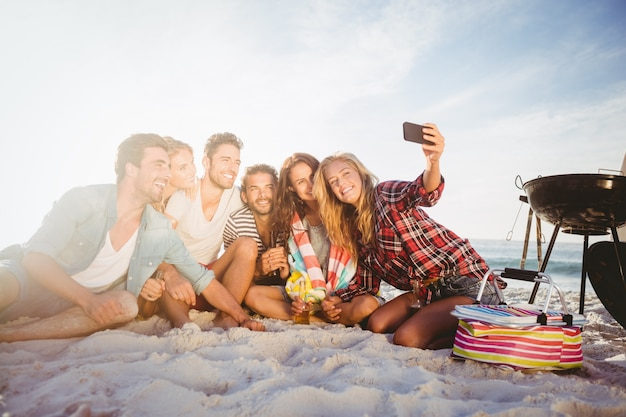 Heureux Amis Prenant Selfie Avec Smartphone Photo Premium