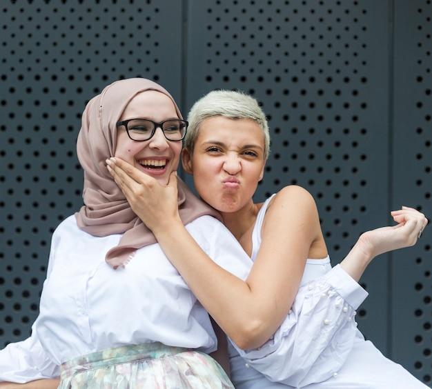 Heureux amis s'amusant ensemble Photo gratuit