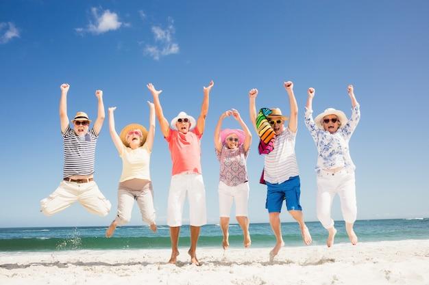 Heureux amis seniors sautant Photo Premium