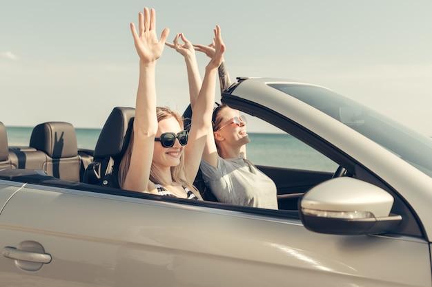 Heureux amis en voiture Photo Premium