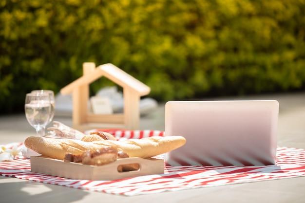 Heureux Amoureux Des Couples Romantiques Parlant Et Buvant Du Vin Tout En Ayant Un Pique-nique à La Maison Photo Premium