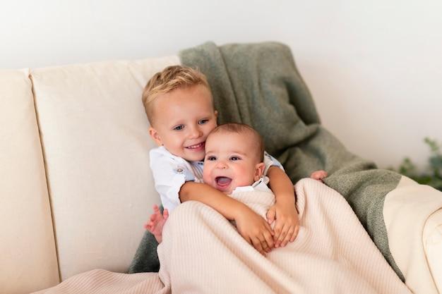 Heureux Bambin étreignant Adorable Frère Photo gratuit