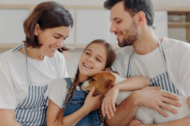 Heureux Beau Sourire De Famille Et Exprimer Des émotions Sincères, Profitez De Passer Du Temps Ensemble à La Maison Confortable. Photo Premium
