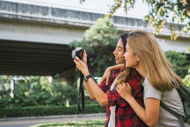 Heureux beau voyageur asiatique ami femme porte un sac à dos Photo gratuit