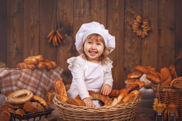 Heureux Bébé Chef Dans Le Panier En Osier Rire Jouer Au Chef Photo Premium