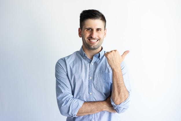 Heureux Client Confiant Recommandant Un Nouveau Produit Photo gratuit