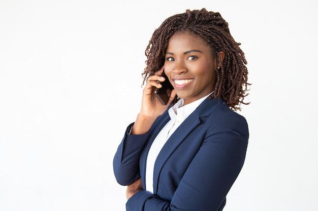 Heureux Consultant Réussi Parlant Sur Téléphone Mobile Photo gratuit