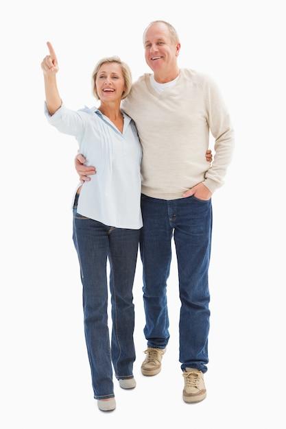 Heureux couple d'âge mûr marchant ensemble Photo Premium