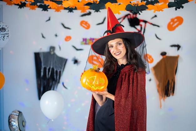 Heureux couple d'amour en costumes et maquillage pour une célébration d'halloween Photo Premium
