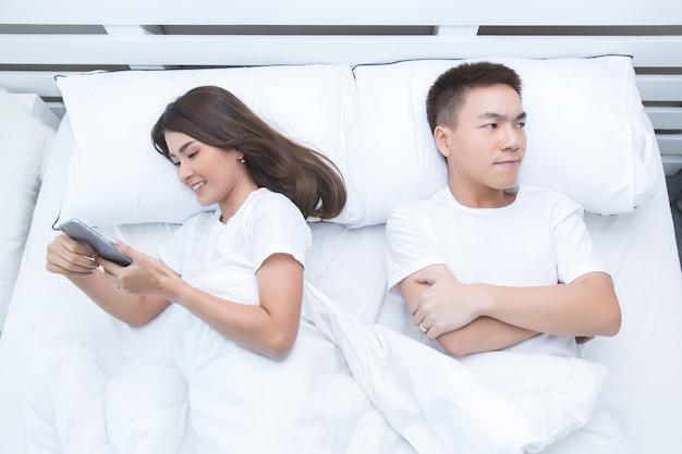 Heureux Couple Asiatique Sur Le Lit à La Maison Photo gratuit