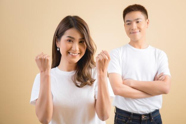 Heureux couple asiatique en studio Photo gratuit