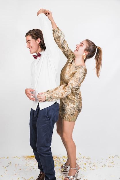 Heureux couple dansant à la fête Photo gratuit