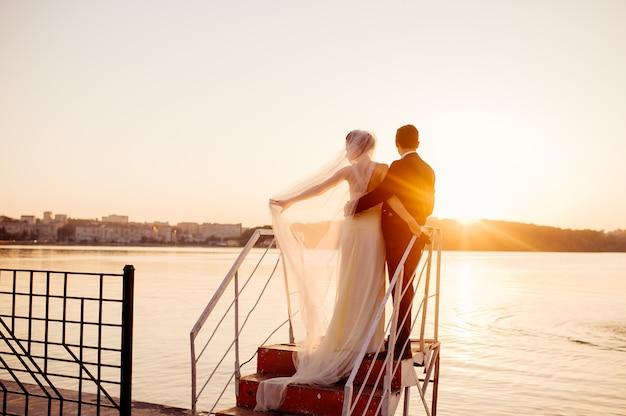 Heureux couple debout sur le quai Photo Premium