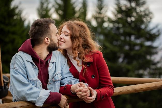 Heureux Couple étant Affectueux Photo gratuit