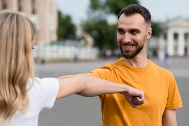 Heureux Couple étirant Leurs Bras Photo gratuit