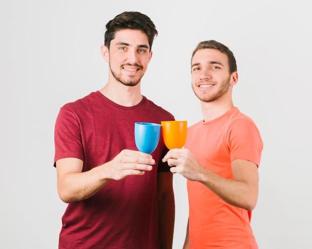 Heureux Couple Gay Cliquetis Lunettes Photo gratuit