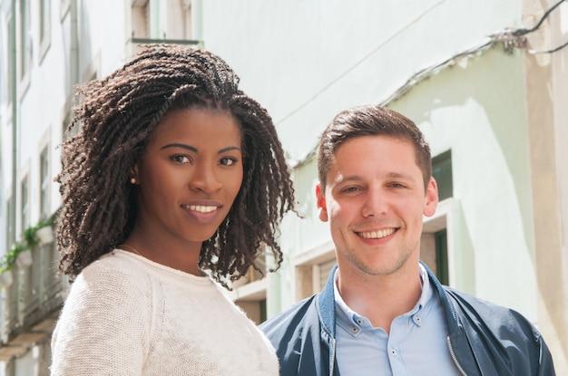 Heureux couple multiculturel posant à l'extérieur Photo gratuit