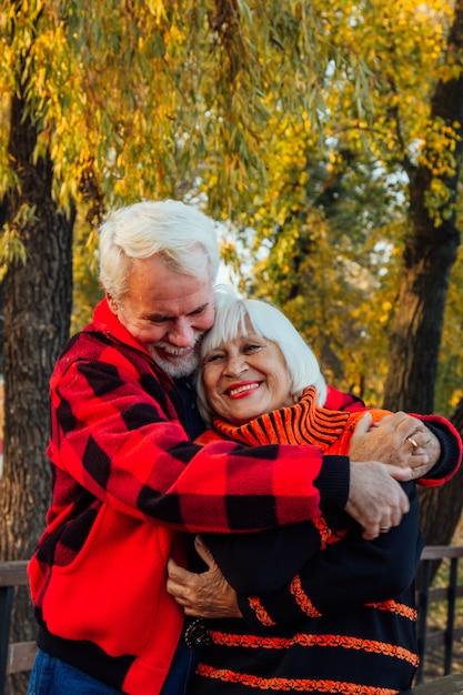 Heureux Couple De Personnes âgées Appréciant Mutuellement Dans Le Parc. Photo Premium