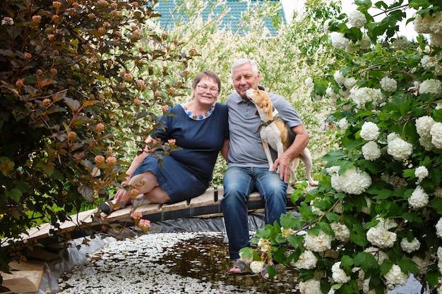 Heureux Couple De Personnes âgées - Homme Mûr Et Femme à Leur Maison Avec Chien Photo Premium