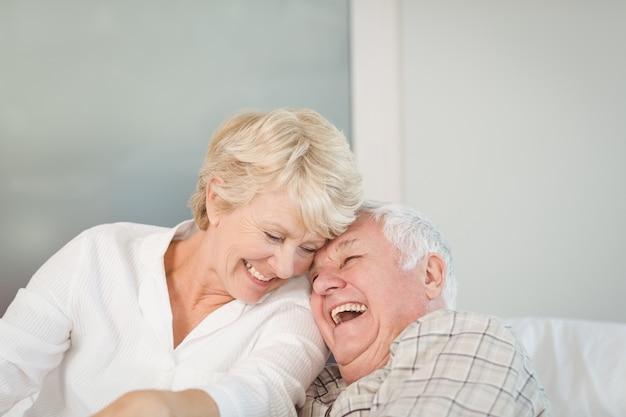 Heureux Couple De Personnes âgées Rire Photo Premium