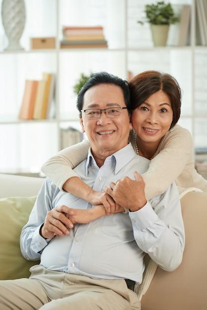 Heureux couple de personnes âgées Photo gratuit
