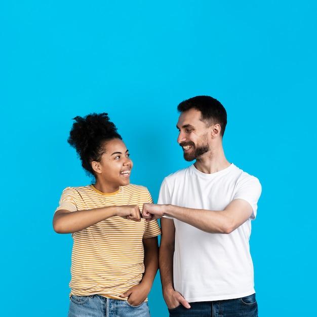 Heureux Couple Poing Se Cogner Photo gratuit