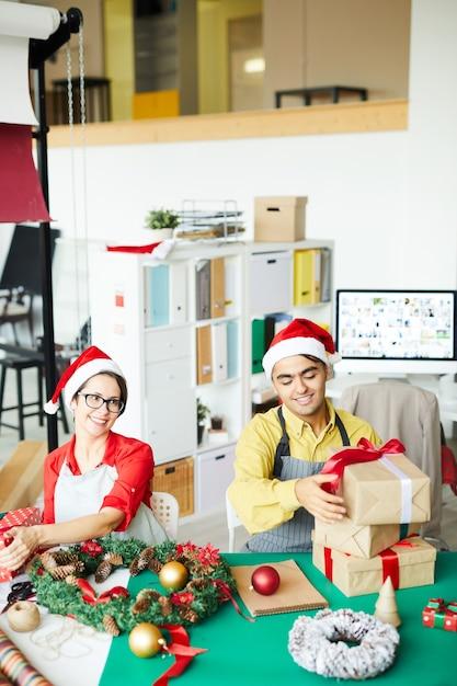 Heureux Couple Préparant Des Cadeaux Et Des Décorations De Noël Photo gratuit