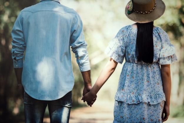 Heureux couple romantique amoureux au bord du lac en plein air Photo gratuit