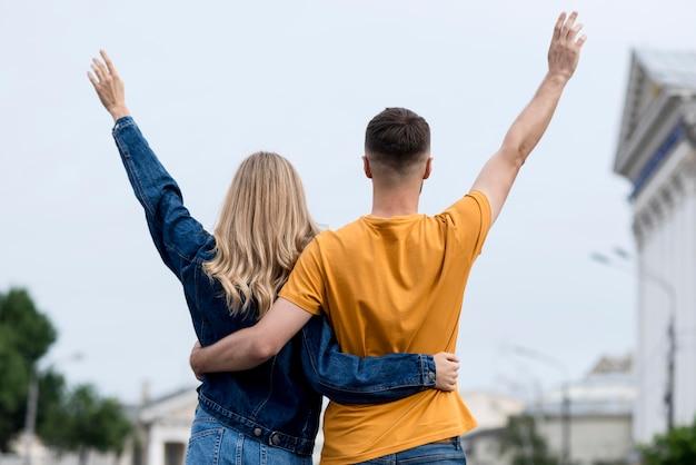 Heureux Couple Se Tenant à L'arrière Photo gratuit