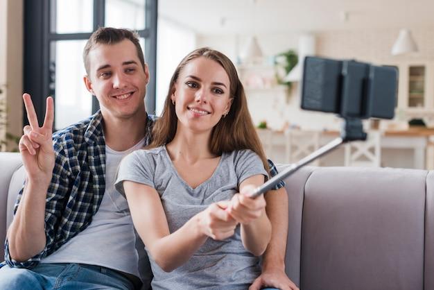 Heureux couple selfie de tir dans l'appartement Photo gratuit