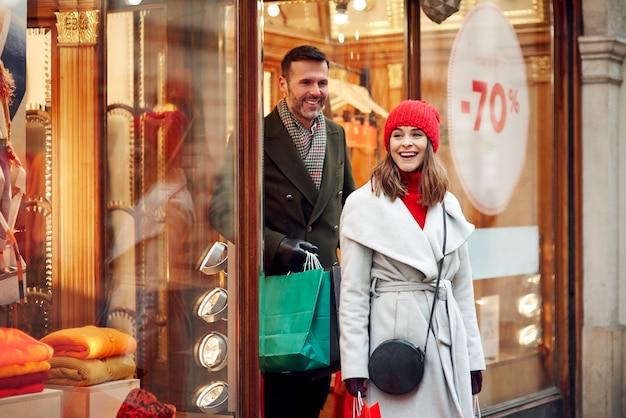 Heureux Couple Shopping Dans Les Soldes D'hiver Photo gratuit