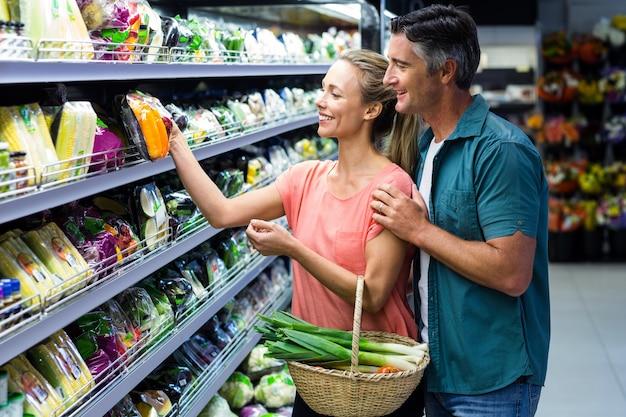 Heureux couple tenant des légumes Photo Premium