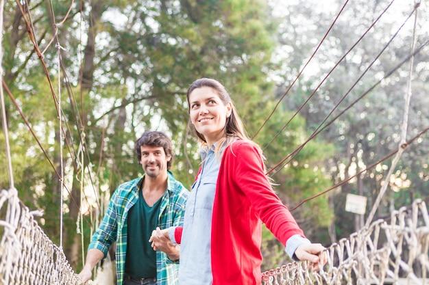 Heureux Couple Traversant Un Pont Photo gratuit