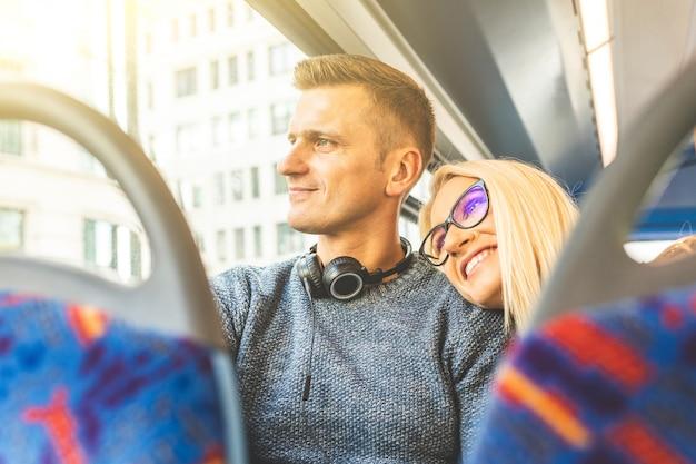 Heureux couple voyageant en bus à londres Photo Premium