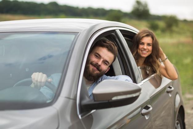 Heureux couple voyageant en voiture Photo gratuit