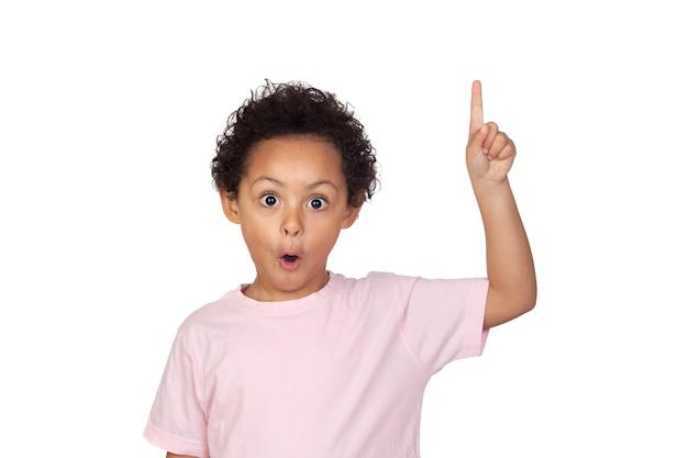 Heureux enfant latin demandant de parler isolé sur fond blanc Photo Premium