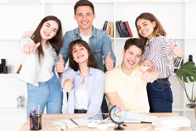 Heureux étudiants en bibliothèque Photo gratuit