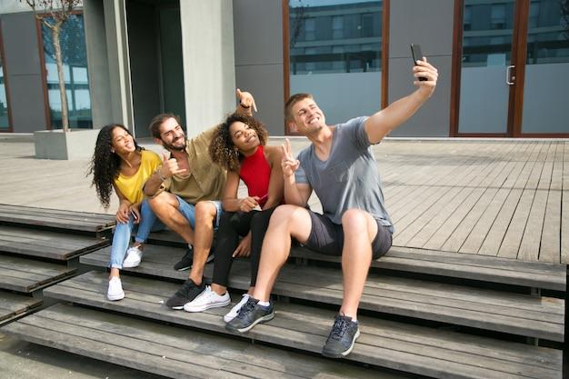 Heureux étudiants multiethniques prenant selfie Photo gratuit