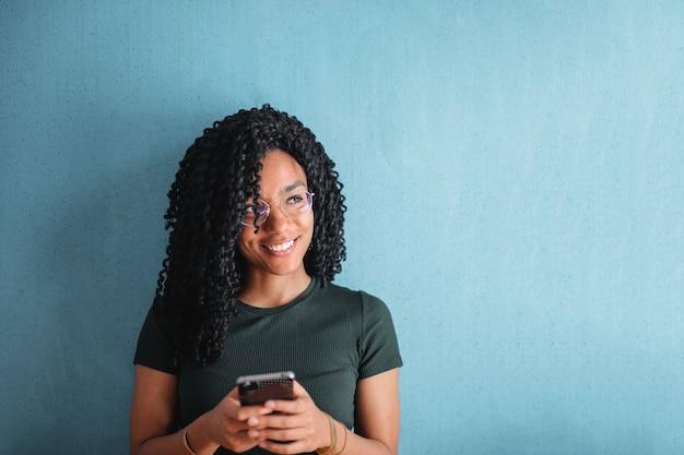 Heureux femme afro textos Photo Premium
