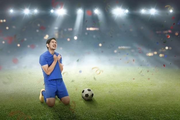 Heureux footballeur asiatique après avoir marqué un but Photo Premium