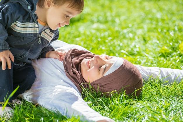 Heureux frères et soeurs ensemble Photo Premium