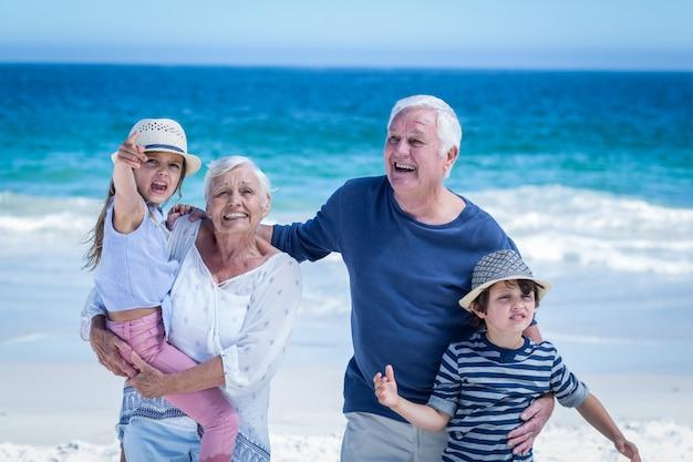 Heureux Grands-parents Redonnant Du Porc Aux Enfants Photo Premium