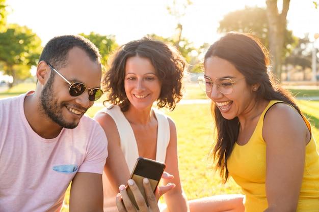 Heureux Groupe D'amis Excités En Regardant La Vidéo Sur Le Téléphone Photo gratuit