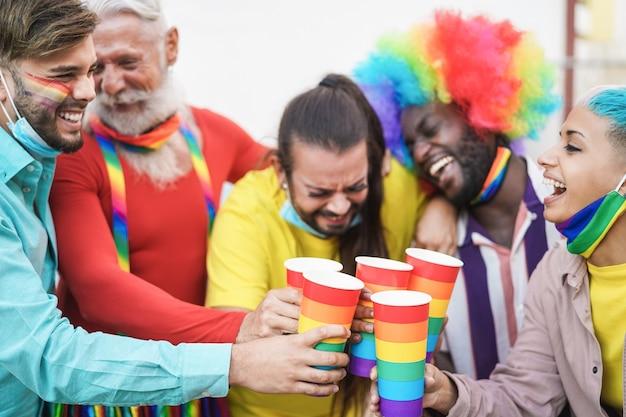 Heureux Groupe D'amis Multiraciaux S'amusant à L'événement De La Fierté Lgbt Photo Premium