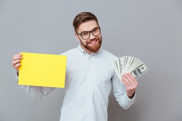 Heureux Homme D'affaires Barbu Tenant Fond Blanc Et Argent Photo gratuit