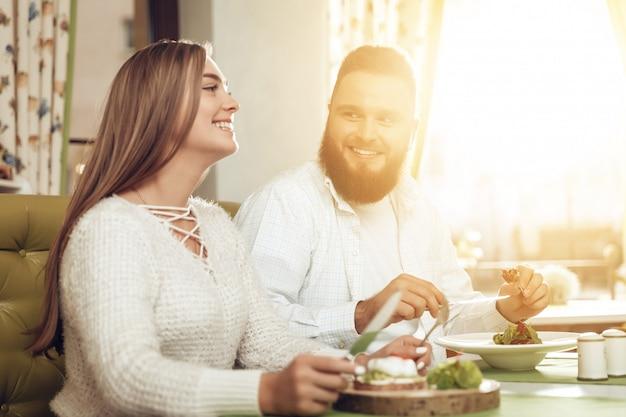 Heureux homme et femme déjeunent dans un restaurant Photo Premium