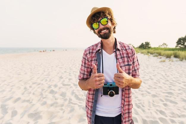 Heureux Homme Hipster Avec Barbe Et Appareil Photo Rétro Photo gratuit