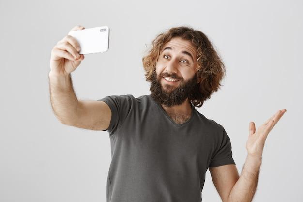 Heureux Homme Souriant Prenant Selfie Devant Le Tourisme Photo gratuit