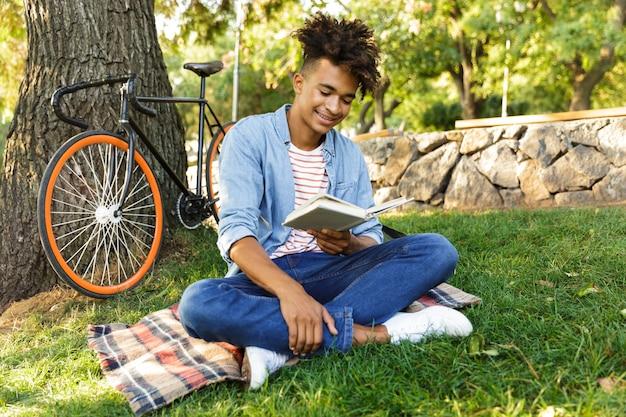 Heureux Jeune Adolescent Avec Sac à Dos à L'extérieur Photo Premium