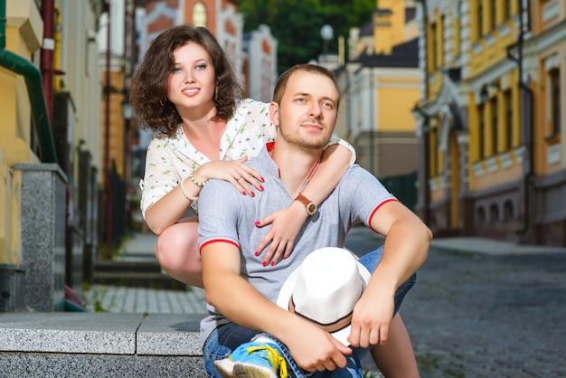 Heureux Jeune Couple Amoureux Posant Dans La Ville Photo Premium